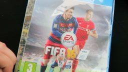 La sua fidanzata gli regala FIFA 16 invece di FIFA 17
