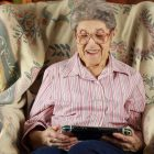 Signora di 88 anni spacchetta Nintendo Switch in versione Animal Crossing