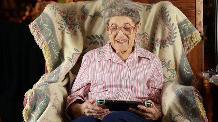 Signora di 88 anni spacchetta Nintendo Switch in versione Animal Crossing