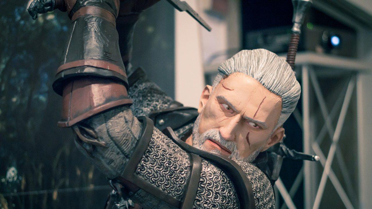 La statua di Geralt veglia sull'intervista
