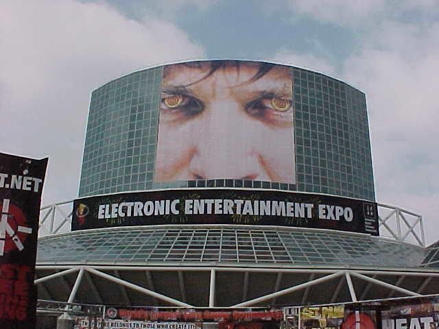1999: si torna a Los Angeles!  Notate qualcosa di strano in quegli occhi?!