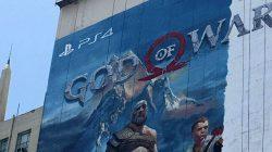 Un mastodontico poster di God of War a Los Angeles